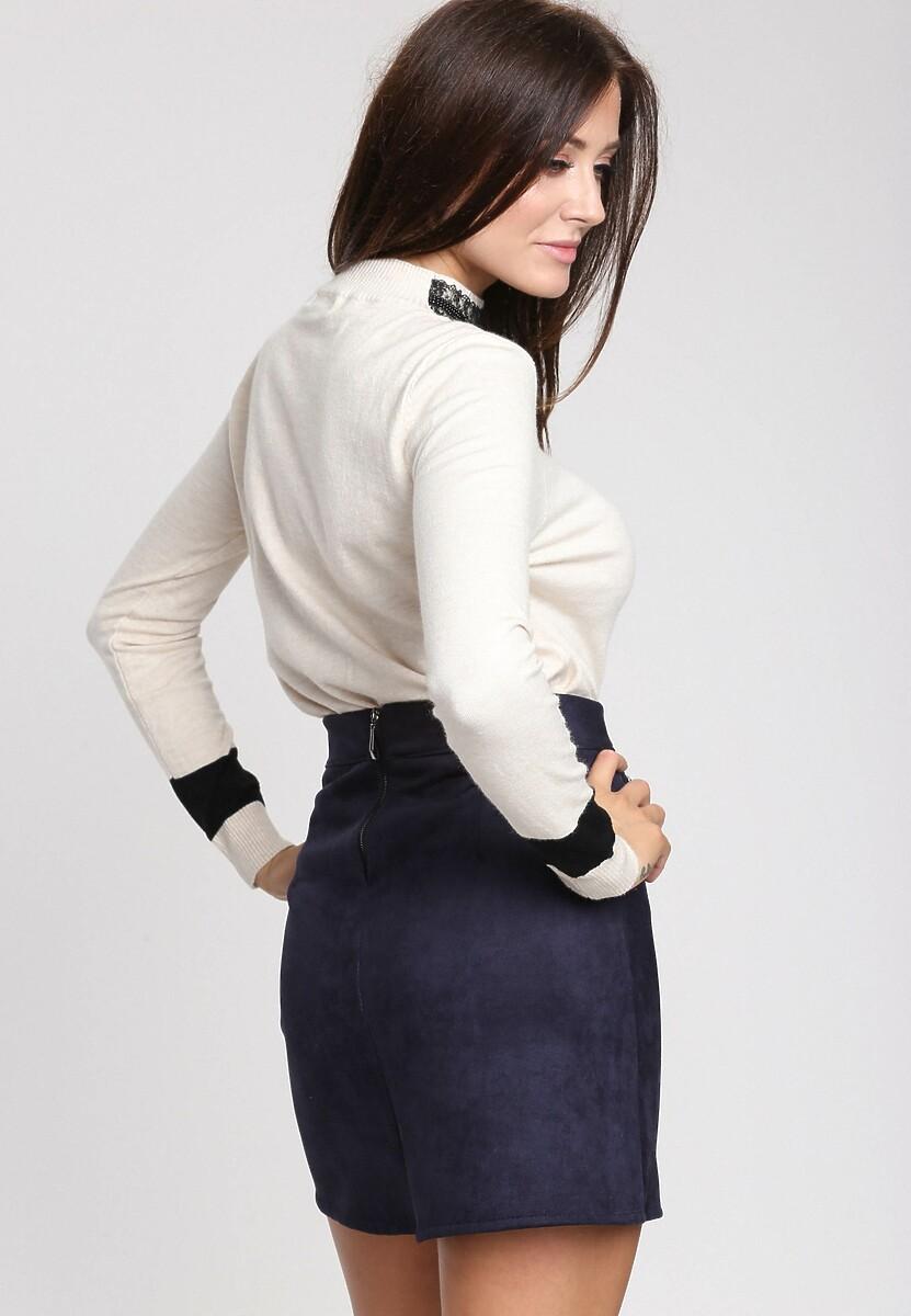 Kremowy Sweter High Pearl Collar