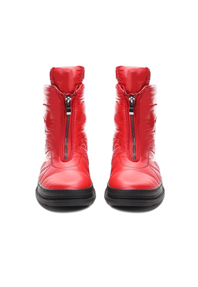 Czerwone Śniegowce In Winter