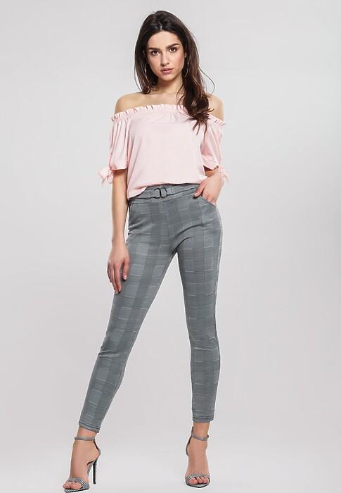 Jak i do czego nosić spodnie w kratę? Stylizacje na co dzień