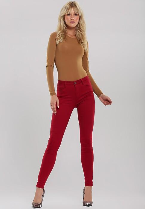 Jak i do czego nosić czerwone spodnie? Poznaj najmodniejsze