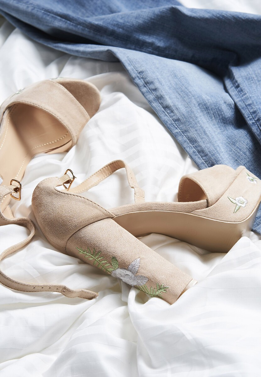 Beżowe Sandały Taken Place