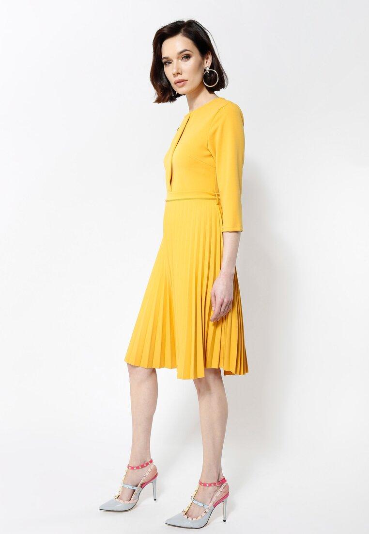 Żółta Sukienka Pleated Belted