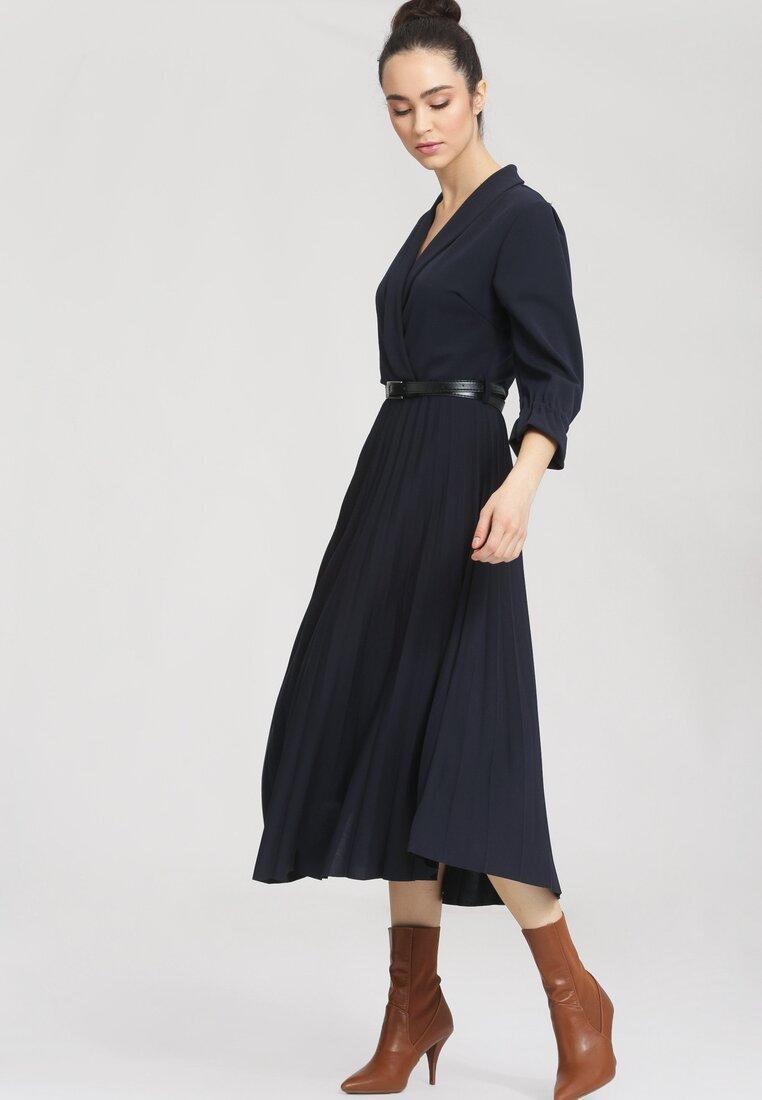 Granatowa Sukienka Overtones