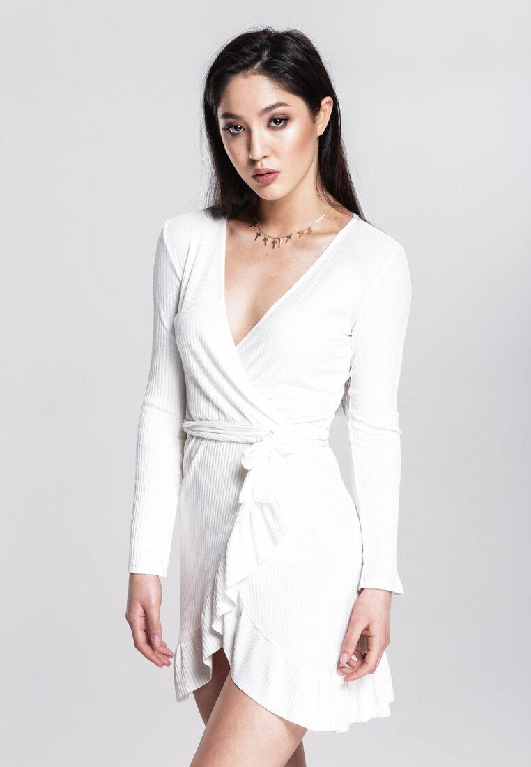 Biała Sukienka Think Highly Of