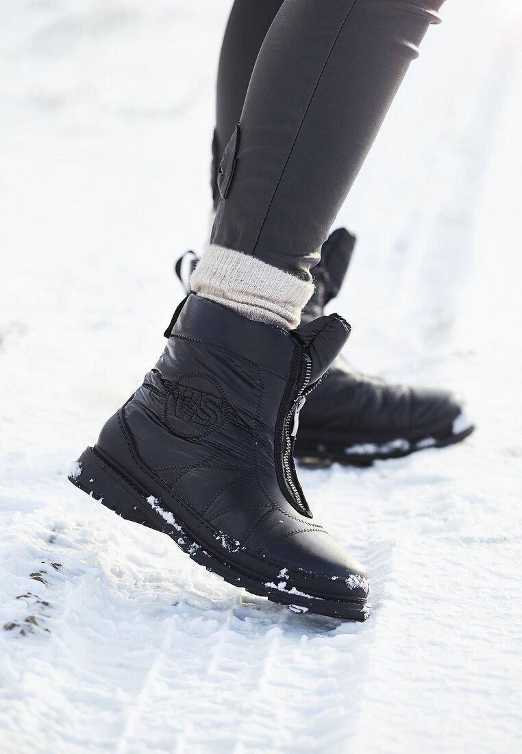 Czarne Śniegowce In Winter